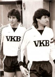 ... sowie als LASK-Kapitän Kurt (rechts) und Wolfgang im Frühjahr 1984 im Linzer Stadion. Beide Fotos: © oepb