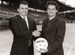 Die beiden waren überdurchschnittlich gute Bundesliga-Fußballer und schafften es detto alle beide auch in die Österreichische Nationalmannschaft. Auch ihre Bundesliga-Karriere starteten sie beim selben Verein, dem SK VÖEST Linz.  Später wechselte Max Hagmayr (links) ins LASK-Management und Jürgen Werner war als FC Linz-Manager tätig. Die Aufnahme stammt aus der Saison 1994/95. Wiederum einige Jahre später reüssierten beide als Spielervermittler, wobei Werner heute als LASK-Faktotum diesen Verein wieder salonfähig gemacht hat, sehr zum Leidwesen der alten und immer noch lebenden SK VÖEST-Anhänger. Dennoch könnten beide Karrieren als Vorbild für die Bundesliga-Manager von morgen und übermorgen dienlich sein. Quelle und Foto: oepb