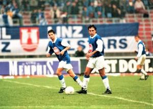 Zwar nicht unbedingt ein Winter-Neuzugang - Hugo Sanchez (Bildmitte beim Anstoß) heuerte im September 1995 in der 2. Division beim seinerzeitigen FC Linz (vormals SK VÖEST Linz) an, aber der Glanz des damals 37-jährigen mexikanischen Fußball-Weltstars war noch lange nicht verblasst, seine Salti im Anschluss an ein von ihm erzieltes Tor sehenswert und in seinem Sog konnten sich junge Spieler, wie beispielsweise Ronald Brunmayr (links) etablieren. So rasant, wie er in Linz auftauchte, so rasch war er allerdings auch wieder weg – sein Gastspiel dauerte lediglich bis Mai 1996 – nichtsdestotrotz stieg der FC Linz als souveräner Meister mit 68 Punkten ins Oberhaus auf, um in die letzte Saison seines Bestehens zu gehen. Quelle und Foto: © oepb