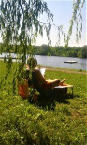 """""""Ihr bester Freund – ein gutes Buch!"""", oder aber: """"Bücher sind Freunde, Buchhändler auch!"""", so einstige Werbeslogans zum Thema Lesen in Österreich. Heute kann man sich ganze Bibliotheken nach Hause holen und im Internet 24 Stunden stöbern und schmökern. Lesen bildet, lenkt ab, kurbelt die Phantasie an und lädt zum freien Lauf der Gedanken und zum Träumen ein. Gibt es etwas dauerhaft Schöneres? Foto: © oepb"""