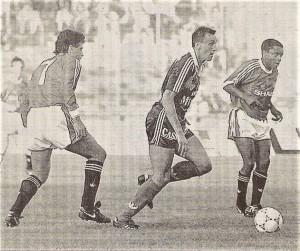 Valdas Ivanauskas (Bildmitte, Austria Wien) gegen Paul Ince (rechts), sowie Mark Hughes (Nr. 7), beide Manchester United. Foto: privat