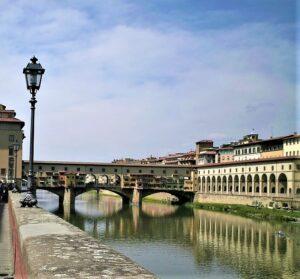 Die älteste und berühmteste Brücke von Florenz, die Ponte Vecchio, überquerte bereits zur Römerzeit den Fluss Arno. Mehrmals vom Hochwasser zerstört, jedoch immer wieder aufgebaut, ist sie eine der Wahrzeichen der Stadt. Seit dem 16. Jahrhundert sind hier ansässige Goldschmiede tätig, die auf der Brücke ihre kleinen Verkaufsläden betreiben. Foto: © oepb