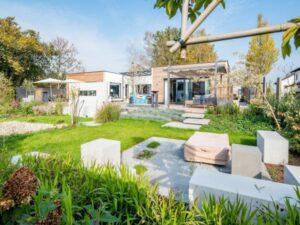 ... mit moderner, individueller Architektur, ausgeklügeltem Grundriss und ökologischen Baustoffen. Beide Fotos: © GRIFFNER