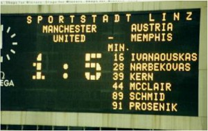 Der Jubilar ließ sich zum 80. Geburtstag nicht lange bitten. Mit 5 : 1 kanonierte der FAK die United aus dem Linzer Gugl-Oval. Foto: © Fritz Duras