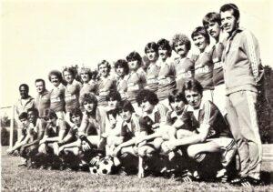 Dieses Team des FK Austria Wien bereitete vor 40 Jahren seinem treuen Anhang große Freude. Unter Trainer Erich Hof https://www.oepb.at/allerlei/primgeiger-erich-hof.html (stehend ganz rechts) wurde zum Ende der Saison 1979/80 neben der gewonnenen Meisterschaft auch der Cup geholt. Foto: © oepb