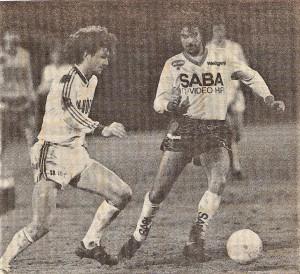 Ab der Saison 1985/86 gab es im heimischen Bundesliga-Fußball bereits einmal ein ähnliches Projekt mit aufgeteilter Liga. Im Herbst 1985 wurden in den beiden 12er Ligen je 22 Runden gespielt, wobei die ersten 8 der 1. Liga im sogenannten Meister-Play-Off im Frühjahr in 14 Begegnungen den Champion ausspielten. Im Mittleren-Play-Off traten die letzten 4 der 1. Liga gegen die ersten 4 der 2. Liga an, wobei wiederum die ersten 4 dann im darauf folgenden Herbst im Oberhaus antreten konnten. Und im Unteren-Play-Off mit 8 Vereinen ging es lediglich darum, die Klasse zur 2. Bundesliga zu halten, wobei die letzten 3 Vereine abgestiegen sind. Mit dem Wiener Sport-Club www.oepb.at/allerlei/wien-seinerzeit-am-sportclubplatz.html der sich im Winter 1985/86 die Dienste von Hans Krankl sicherte, dem SK VÖEST Linz www.oepb.at/allerlei/70-jahre-sportklub-voeest.html der lediglich aufgrund der schlechteren Tor-Differenz im Mittleren Play-Off gelandet war, sowie dem First Vienna FC www.oepb.at/allerlei/der-first-vienna-fc-ist-120-sommer-jung.html tummelten sich in der mittleren Gruppe damals Mannschaften, die sportlich zwar die besten Jahre bereits hinter sich hatten, dennoch über einen treuen Fan-Stamm verfügten und aufgrund der Spielpaarungen interessante Vergleiche mit vielen Zuschauern heraufbeschworen. Als dann noch im Februar 1986 bekannt wurde, dass der argentinische Fußball-Weltmeister und Torschützenkönig der WM 1978 in Argentinien, Mario Kempes auf die Hohe Warte zur Vienna geholt wird, war das Mittlere-Play-Off sportlich bei weitem interessanter, als die Meistergruppe. Bloß das Debüt ließ auf sich warten. Ursprünglich war sein erstes Spiel im Vienna-Dress für den 1. März 1986 gegen den SK VÖEST anberaumt. Ein strenger Winter mit üppigen Schneemassen auf den Fußballplätzen machte den Bundesliga-Termin-Planern damals allerdings einen gewaltigen Strich durch die Rechnung. Auch eine Woche später, am 9. März, konnte die Vienna noch nicht spielen. Es dauerte bis zum Dienstag, 18.