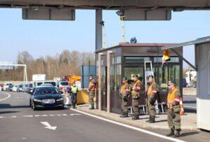 Soldaten unterstützen die Polizei. Foto: Vzlt Mickla