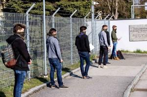 Das Halstuch des Österreichischen Bundesheeres bereits ausgefasst warten die jungen Rekruten geduldig auf ihre Musterung beim Einrückungstermin 1. April 2020. Foto: © BMLV / Gebauer