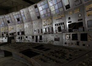 Der Kontrollraum von Reaktor 4 im AKW Tschernobyl. An diesen Pulten nahm das Unglück seinen Lauf. Hier wurden die Entscheidungen getroffen und die Knöpfe gedrückt, die schlussendlich zur Explosion des Reaktors führten. Die lila Farbe kommt von der Dekontaminationsflüssigkeit, die hier zur Reduktion der Strahlenbelastung verwendet wurde. Foto: © Ronald Verant