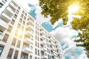 Die Sonnenschutzanlagen im Geschosswohnungsbau jederzeit in Sicherheit wägen. Foto: © Somfy