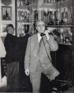 Norbert Lopper (am Telefon) und Josef Wetzl im FAK-Klubheim, dem Café Savoy um 1960. Lopper managte die Wiener Austria von 12 Quadratmetern aus. Foto: Archiv Lopper / oepb