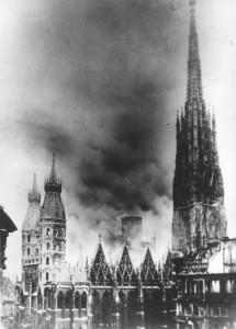 Das Wahrzeichen Österreichs, der Wiener Stephansdom, stand in Flammen und am 12. April 1945 stürzte unter tosendem Lärm die größte Glocke, die Pummerin zu Boden und zerbrach. Foto: Lichtbildstelle der Stadt Wien
