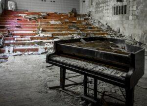 Der Vorführungssaal der Schule für Kunst und Musik in Prypjat. Der Flügel eines britischen Klavierherstellers steht seit dem Unglück von 1986 an derselben Stelle auf der Bühne und verfällt mit dem Gebäude. Foto: © Ronald Verant