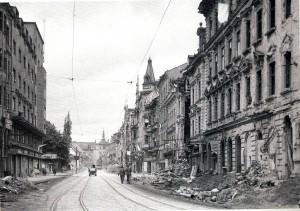 Auch diese Aufnahme stammt nach Kriegsende. Amerikanische Soldaten patrouillieren entlang der Linzer Landstraße von Höhe der Goethekreuzung aus kommend stadteinwärts. Vorne links im Bild der Schillerpark. Die verhängte Ausgangssperre wurde hochnotpeinlich überwacht. Foto: © Hans Aglas im Mai 1945 / Pressebüro Linz / oepb