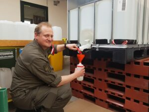 Oberstleutnant Ing. Wolfgang Lachner füllt Handdesinfektionsmittel ab. Foto: Obstlt Oberreiter