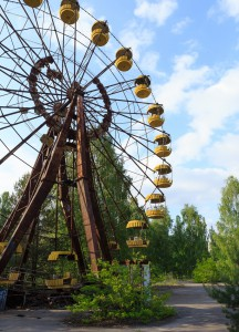 Das Riesenrad im berühmten Vergnügungspark von Prypjat. Der Park war als Geschenk der Stadt an ihre Bewohner gedacht gewesen und hätte am 1. Mai 1986 eröffnet werden sollen. Aufgrund des Unglücks vier Tage zuvor und der darauf folgenden Evakuierung der Stadt kam es nie dazu. Seither steht der fertig gebaute Vergnügungspark unberührt im Zentrum der Stadt und ist zu einem weithin bekannten Symbol der Tragödie der Stadt geworden. Foto: © Ronald Verant