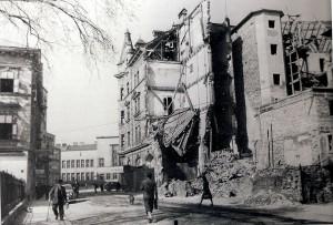 22 Luftangriffe in der Zeit von 25. Juli 1944 bis 25. April 1945 setzten der Bevölkerung in Linz mächtig zu. 6.945 Wohngebäude wurde beschädigt, 602 davon waren unbewohnbar geworden. Blick aus der Schillerstraße kommend Richtung Landstraße. Im Hintergrund rechts das spätere Kolosseum-Kino, sowie die heutige OÖ-Landes- und Studienbibliothek. Foto: © Hans Aglas im Juni 1945 / Pressebüro Linz / oepb