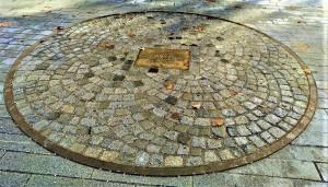 Vor dem Linzer Landhaus ist der Umfang der neuen Pummerin verewigt. Von diesem Platz aus begann sie 1952 ihre Triumphfahrt nach Wien. Foto: © oepb
