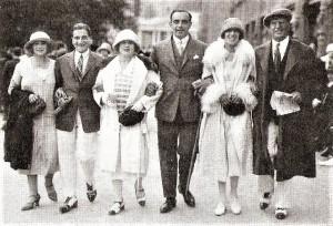 Im Bild von links: Anny und Karl Farkas, Franzi Ressel, Otto Hein, sowie Helene und Fritz Löhner beim Promenieren in Marienbad um 1925. Bildquelle: Kein Land des Lächelns / Scan oepb