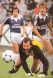 Harry Fürst (rechts) serviert den Ball auf Gerhard Steinkogler (nicht im Bild), der zum 1 : 0 eindrückt. Torhüter Fuad Djulic ist geschlagen. Im Hintergrund Tschavdar Zvetkov. Aus FK Austria Wien gg. FC Wacker Innsbruck, 3 : 0 (2 : 0) vom 29. August 1981. Foto: © oepb