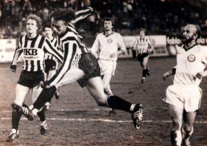 Dieser Harry Fürst-Kopfball brachte nichts ein, der LASK landete auf der Verliererstraße. Von links: Edmund Kaczor, Johann Gröss, Harry Fürst (alle LASK), Karl Hodits und Siegfried Bauer (beide SK VÖEST). Im Hintergrund Gerald Piesinger (LASK). Aus SK VÖEST Linz gg. LASK, 2 : 0 (2 : 0) vom 8. April 1983. Foto: © oepb