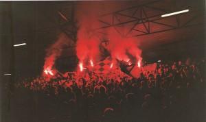 Es war einmal, und es war einmal schön. Fußball mit Zuschauern und südländischer Begeisterung auf vollen Rängen. Bleibt zu hoffen, dass alsbald schon wieder die Fußballplatz-Besucher sehr zahlreich zu ihren Lieblingsvereinen strömen dürfen. Aus FC STAHL Linz https://www.oepb.at/allerlei/70-jahre-sportklub-voeest.html gegen First Vienna FC  https://www.oepb.at/allerlei/der-first-vienna-fc-ist-120-sommer-jung.html (2 : 1) vom 23. November 1991. Foto: © oepb