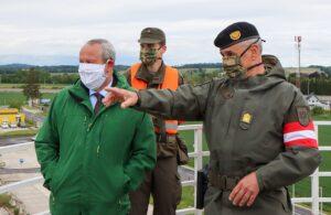 Präsident Wolfgang Stanek, ein Assistenzsoldat und Brigadier Dieter Muhr bei der Einweisung in den Assistenzeinsatz. Foto: BMLV / Anton Mickla