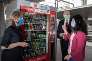 1.100 Mund-Nasen-Schutzmasken von Sozialen Unternehmen werden am Wiener Hauptbahnhof verkauft. Der Erlös kommt somit Langzeiterwerbsarbeitslosen zugute. Im Bild von links: Klimaschutzministerin Leonore Gewessler, ÖBB-Vorstand Andreas Matthä, sowie Schifteh Hashemi. Foto: ÖBB / Michael Fritscher