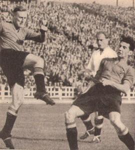 """Am 14. Oktober 1951 gewannen die Mannen um Teamchef """"Sir"""" Walter Nausch in Brüssel gegen Belgien mit 8 : 1 (Pausenstand 2 : 1). Ernst Happel http://www.oepb.at/allerlei/im-gedenken-an-ernst-happel.html brachte mit einem Eigentor die Belgier in Führung, aber dann lief das Werkel der Österreicher wie am Schnürchen. Dieses 8 : 1 ist bis heute der höchste Auswärtstriumph einer ÖFB-Auswahl http://www.oepb.at/allerlei/111-jahre-oefb.html Im Bild von links: Victor Lemberechts und Bob van Kerkhoven (beide Belgien), dahinter der Doppel-Torschütze an jenem Tag Ernst Stojaspal http://www.oepb.at/allerlei/wer-war-dribblanski-ernst-stojaspal.html Foto: © oepb"""
