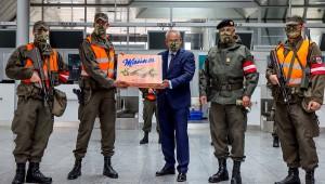 Präsident Wolfgang Stanek (diesmal mit Bundesheer-Maske) und Brigadier Dieter Muhr mit Assistenzsoldaten und einem süßen Gruß aus Wien am Linz Airport. Foto: BMLV / Anton Mickla
