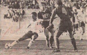 Auch der argentinische Weltmeister von 1978, Osvaldo Ardiles, hier am Ball, machte an jenem Tag in Wien keinen Stich. Die Nr. 4 ist Martin Lefor von RAPID, Bildmitte mit großen WIEN Lettern auf der Brust der damals feuerroten Dress Ernst Baumeister (Austria). Bild-Sammlung ÖNB