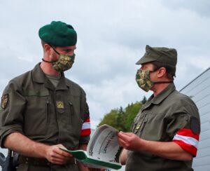 Hauptmann Lukas K. (links im Bild) wird von seinem Vorgänger Major Markus B. eingewiesen. Foto: BMLV / Anton MICKLA