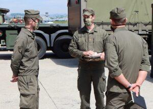 In Hörsching sind 120 Milizsoldaten vom Jägerbataillon Oberösterreich eingerückt. Hauptmann Lukas Kasalo (Bildmitte), er kommandiert die 1. Jägerkompanie Oberösterreich, beim ersten Briefing mit seinen Milizkameraden. Foto: MilKdoOÖ