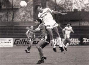 Fußball ohne Zuschauer! Leider gar nicht einmal so abwegig - und das auch bereits weit vor Corona-Zeiten. In der 2. Liga taten sich die Vereine ohnehin immer schwer, eine gute und vor allen Dingen treue Kulisse hinter sich zu wissen. Anbei eine Spielszene vom Freitag, 2. September 1988 aus dem Trauner Stadion. Die Zweitliga-Begegnung zwischen dem SK VÖEST Linz und dem FC Kufstein (1 : 1) verfolgten bei strömenden Regen gut geschätzte 500 Besucher. Im Bild von links: Wesely Schenk (FC Kufstein), Günther Stöffelbauer (SK VÖEST). Im Hintergrund Frane Poparic https://www.oepb.at/allerlei/ein-mann-aus-split-frane-poparic.html (SK VÖEST). Foto: © oepb