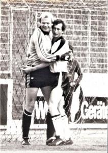 Aus der Bundesliga-Geschichte: Saison-Ausklang am Samstag, 20. Juni 1981. In Maria Enzersdorf traf der Fusionsklub Admira/Wacker in seinem 10. Bestandsjahr auf den SK VÖEST Linz. Die Südstädter spekulierten – einen vollen Erfolg über die Linzer Werkssportler vorausgesetzt – noch mit einem UEFA-Cup-Rang. Man war dabei allerdings auf Schützenhilfe angewiesen und zwar aus der Steiermark. Da der SK Sturm Graz das letzte Spiel 1980/81 zu Hause gegen den SK RAPID Wien mit 1 : 4 verlor, nützte der 2 : 1-Erfolg der Südstädter über die Linzer auch nichts mehr. Im Bild zwei alte Bundesliga-Hasen beim freundschaftlichen Kehraus: Links VÖEST-Torhüter Erwin Fuchsbichler http://www.oepb.at/allerlei/gerald-erwin-fuchsbichler-die-torhueter-brueder.html, 4-facher Internationaler und zwischen 1970 und 1989 349 Bundesliga-Spiele im Oberhaus, sowie der zweifache Torschütze an jenem Nachmittag, Johannes Demantke, detto 4-facher Internationaler und zwischen 1967 und 1983 410 Bundesliga-Spiele absolvierend. Aus Admira/Wacker (4. Platz 1980/81) gg. SK VÖEST Linz (6. Platz 1980/81), 2 : 1 (Pausenstand 1 : 1) im Bundesstadion Südstadt vom 20. Juni 1981 vor 2.500 Besuchern. Quelle und Foto: © oepb