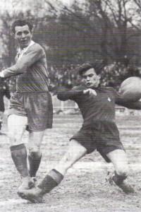 Dreifacher Torschütze Robert Dienst (links) in typischer Torschuss-Haltung. Der Wiener AC-Verteidiger hat keine Chance. Aus WAC gegen RAPID, 2 : 7, vom 10. Februar 1952. Foto: © oepb