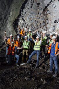 """Der Durchbruch beim 33 Kilometer langen Eisenbahntunnel ist geglückt. Ein herzhaftes """"Glück auf!"""" den zahlreichen Mineuren und Bergleuten. Foto: © ÖBB / Wolfgang Lehrner"""