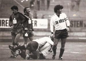 Jubel beim SK VÖEST über das 2 : 0. Roland Eder (am Boden, Nr. 15) wird als Torschütze gefeiert. Im Bild von links: Johann Dihanich und Werner Zanon (beide Innsbruck), sowie VÖEST-Kapitän Manfred Schill. Aus SK VÖEST Linz vs. FC Wacker Innsbruck, 2 : 2 (1 : 0) vom 29. Oktober 1983. Foto: © oepb
