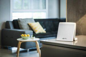 Über die Smart-Home-Zentrale TaHoma kann der Sonnenschutz mit rund 200 anderen Geräten sowie Sprachassistenten von Amazon und Google oder Fenstern von VELUX vernetzt werden. Foto: © Somfy