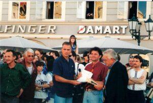 Eine ausgewählte Abordnung aus dem blau-weißen Fan-Lager übergab dem damaligen FC Linz-Manager Mag. Jürgen Werner eine Petition samt Unterschriftenliste contra Fusion. Foto: © oepb
