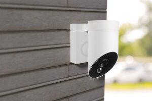 Die Außenkamera von Somfy ist mit einer 110 Dezibel lautstarken Sirene ausgestattet und kann auch mit einer Lichtquelle verknüpft werden. Foto: © Somfy