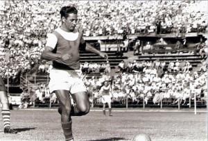 """Der typische """"Ernst Melchior""""! Mit Kraft, voller Wucht und den Ball nie aus den Augen lassend hinein ins Heiligtum des Gegners. Der 1. FC Kaiserslautern konnte 1953 in Lied davon singen. Foto: © oepb"""