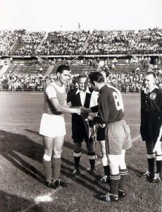 Freundliche Begrüßung der beiden Kapitäne vor dem Spiel FK Austria Wien gegen den 1. FC Kaiserslautern (9 : 2). Ernst Ocwirk (links, FAK) beim Wimpeltausch mit dem Pfälzer Spielführer Fritz Walter am 9. September 1953. Foto: © oepb