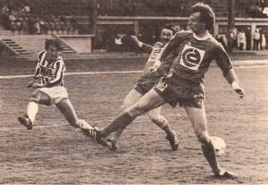 Aus der Bundesliga-Geschichte: Im Frühjahr 1982 bog die 10er Liga der Österreichischen Fußball-Bundesliga in ihre Zielgerade ein. Acht Saisonen lang (von 1974/75 bis 1981/82) sollte sie den Grundstock dafür bilden, dass der Österreichische Fußball wieder salonfähig und damit auch erfolgreich werden würde. Nun, die Nationalmannschaft qualifizierte sich für zwei Fußball-Weltmeisterschaften en suite – 1978 in Argentinien und 1982 in Spanien – und der FK Austria Wien nahm als erster österreichischer Vertreter an einem Europapokal-Finale (1978) teil. Auch die Zuschauer honorierten das System der 36 Spieltage und selbst die Stadt-Derbys in Wien, Linz oder Graz, die viermal pro Saison gespielt wurden, erfreuten sich guter Besucher-Kulissen. Der SK RAPID Wien hingegen verbuchte eine lange Durststrecke. 14 Jahre lang waren die Hütteldorfer nicht mehr Fußballmeister gewesen. Zum Ende der letzten 10er Liga-Saison, am 25. Mai 1982,¬ war es dann aus grün-weißer Sicht allerdings soweit. RAPID konnte nach 1967/68 wieder einmal den Titel gewinnen und damit die Vormachtstellung der Wiener Austria, die ihrerseits wiederum zuvor viermal in Serie (!!!) Meister wurden, durchbrechen. Am Freitag, 23 April 1982 sah es im Linzer Stadion allerdings noch ganz und gar nicht danach aus. Ein laues Frühlings-Abend Kickerl der Gäste aus Wien gegen den LASK endete trostlos mit einem 0 : 0. Apropos LASK: Die Linzer beendeten die letzte Saison der 10er Liga an 10. und letzter Stelle, stiegen aus dem Oberhaus jedoch nicht ab, weil die Liga reformiert und auf 16 Vereine aufgestockt wurde. Aus LASK gegen SK RAPID Wien, 0 : 0, vom 23. April 1982, Linzer Stadion, 6.500 Zuschauer. Im Bild von links: Wolfgang Nagl http://www.oepb.at/allerlei/kurt-wolfgang-nagl-admiraner-im-lask-dress.html (LASK) flankt zwischen den Beinen der RAPIDler Antonin Panenka und Reinhard Kienast hindurch zur Mitte. Quelle und Foto: © oepb