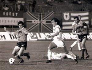 Aus der Bundesliga-Geschichte / 2. Division: Die einen (SK VÖEST) gibt es nicht mehr, die anderen (Wolfsberger AC) schickten sich an, um im Laufe der Jahre Kärntens Aushängeschild im Fußball-Oberhaus zu werden. Anbei eine Spielszene der 2. Österreichischen Fußball-Bundesliga, damals 2. Division, Abstiegs-Play-Off, vom Freitag, 26. Mai 1989: SK VÖEST Linz gegen Wolfsberger AC, 2 : 2 (Pausenstand 2 : 1), vor 500 Zuschauern im Linzer Stadion. Im Bild von links: Peter Kienleitner (Wolfsberg), Helmut Wartinger (VÖEST), Christian Kircher (VÖEST, am Boden), Juno Jelic (Wolfsberg), sowie Alexander Sperr (VÖEST). Quelle und Foto: © oepb