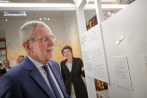 Überzeugte sich als Erster von der runderneuerte Ausstellung im HdGÖ: Bundespräsident Alexander Van der Bellen. Foto: © HBF / Peter Lechner