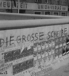 Das Symbol für die 28 Jahre lang geteilte Stadt Berlin war die Berliner Mauer. Hier ein Blick aus West nach Ost im Jahre 1982. Um den West-Berlinern ein Fußball-Großereignis schenken zu können, entschied sich der DFB 1985 dafür, die Pokal-Endspiele dauerhaft in Berlin auszutragen. Foto: © oepb