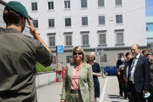 Meldung an die Frau Bundesministerin. Foto: © BMLV / Michaela Schäfl