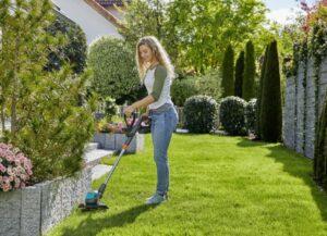 Die neuen GARDENA Rasentrimmer warten mit komfortablen Funktionen für eine einfache Bedienung auf: mit Pflanzenschutzbügel, Stielneigungsverstellung oder schwenkbarem Trimmerkopf. Foto: © GARDENA