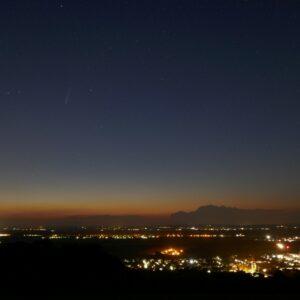 """C/2020 F3 """"NEOWISE"""" in der Abenddämmerung über Königstetten nahe bei Wien. Aufnahme vom 20. Juli 2020 gegen 22 Uhr. Foto: © C. Goldmann, NHM Wien"""